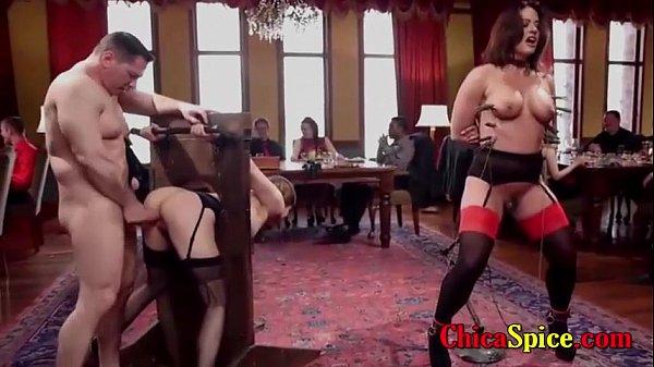 Espectáculo en un restaurante con dos mujeres y dos hombres teniendo sexo de lante de todos