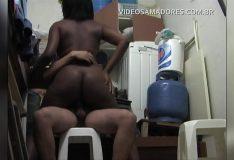 Garoto faz sexo com a empregada doméstica da casa durante o horário de faxina