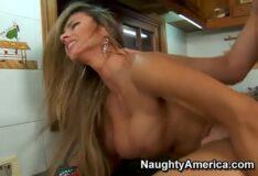 Gostosa fazendo sexo na cozinha